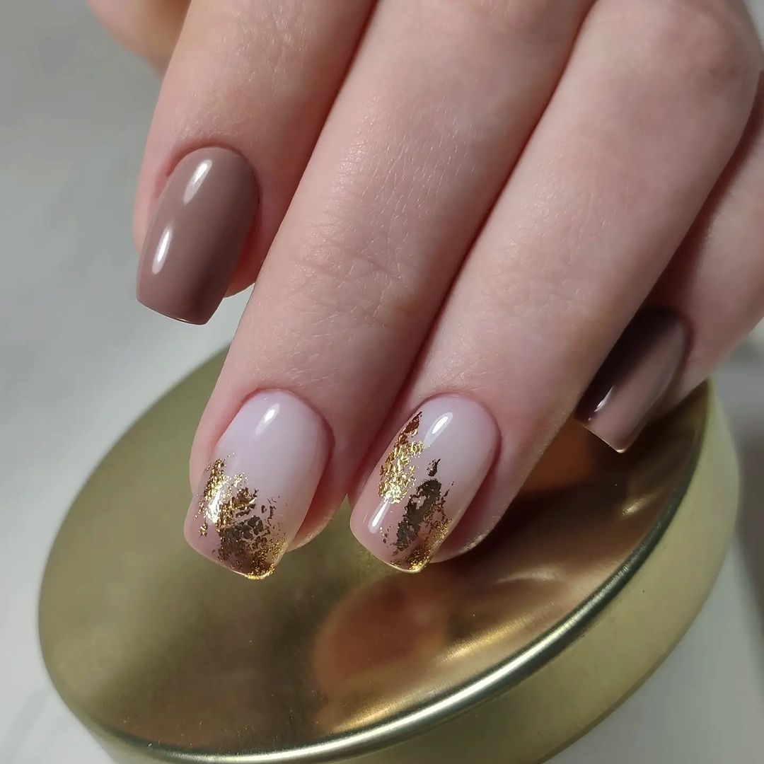 осенний маникюр коричневый с золотым